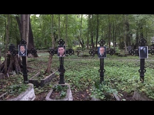 Посетители кладбища в Петербурге потеряли дар речи увидев эти фотографии на крестах