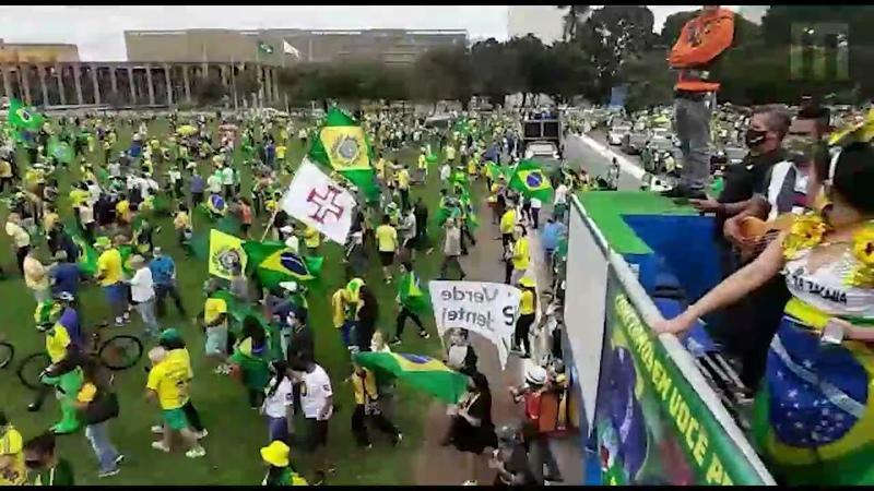Manifestantes pró governo aguardam o presidente Jair Bolsonaro próximo ao Congresso Nacional